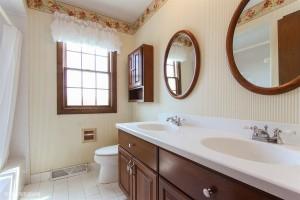 14_1057ECarpenterDr_8_Bathroom_LowRes